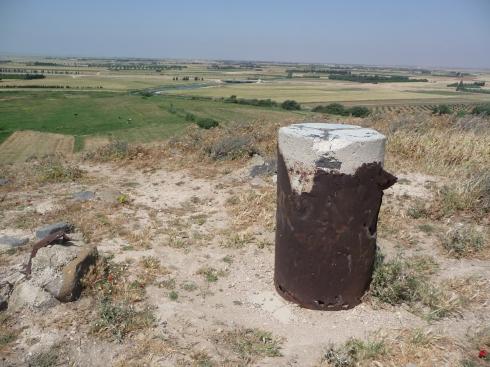Kadesh - milepælen til minde om slaget og Orontes i baggrunden